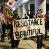 Cientos de manifestantes desafían toque de queda