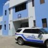 BANÍ | Policías entran a escuela en busca de un trabajador