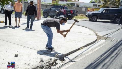 BANÍ | Alcaldía demolió rampa ilegal en plaza comercial