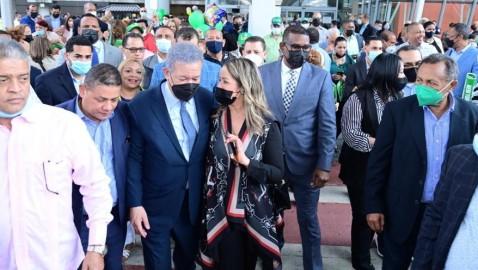 Expresidente Leonel Fernández es recibido por decenas seguidores en Nueva York