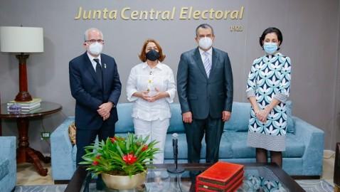 Presidente JCE recibe visita de cortesía de comisión de Participación Ciudadana