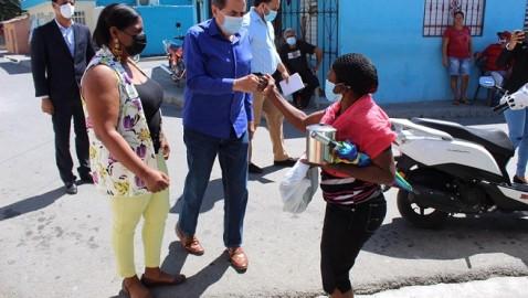 BANÍ | Senador ayudó a una mujer que perdió sus ajuares en un incendio